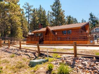 New Listing! Inviting 3BR Big Bear Lake Cabin w/Wifi, Private Hot Tub, Wood Burning Fireplace & Lake Views - Just A Short Walk to Lake Access & 1 Mile From the Village!, Big Bear Region
