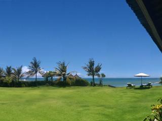 Bali Seseh Beach Villa Ocean: amazing beachfront !, Canggu