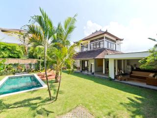 Purnama, 2 Bedroom Villa, Large Garden & Pool - Seminyak