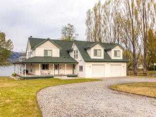 Bright 3BR + Bonus Room Oroville House w/Wifi, Wraparound Porch & Private Beach – Wonderful Lakefront Location! Near Golfing, Boating, & Restaurants
