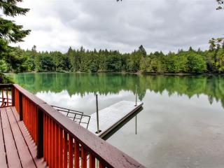 Secluded 2BR Olympia Cabin on the Eld Inlet of the Puget Sound w/Private Dock & Wraparound Porch - Easy Access to Boat Launch, Olympic Peninsula Attractions & More!, Olimpia