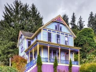 'The Astoria Painted Lady' Charming 2BR Unit in Astoria house w/Wifi, Stocked Library, Spacious Porch & Breathtaking Columbia River Views - Close to Riverwalk, Beaches, Museums & More!