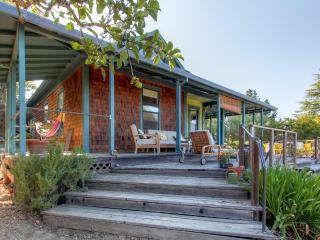 'Bella Vista Farm & Vineyard' Delightful 3BR Sebastopol Farmhouse w/Wifi, Private Deck & Gorgeous Views - Easy Access to Wineries, Russian River, Pacific Ocean & More!