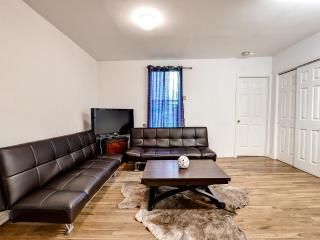 New Listing! Exquisite 1BR Manhattan Apartment w/Wifi & Recently Renovated Interior - Unbeatable Location Near Countless Renowned Attractions! Walk to the East River!, Nueva York