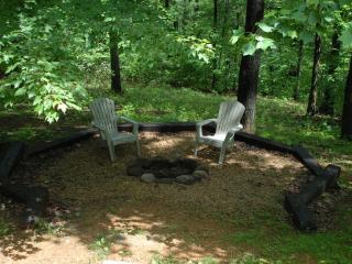 """Simplicity"" Cozy Mountain Cabin w/Hot Tub"