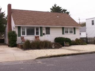 Pet friendly, LBI Ocean Cape, 6th from Beach, Beach Haven