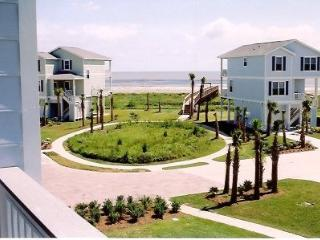 BEACH HOUSE - STEPS TO BEACH!, Galveston