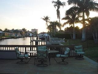 NAPLES/VANDERBILT BEACH WATERFRONT/POOL HOME