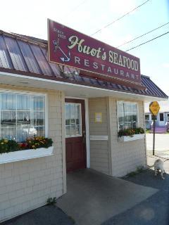 huots local restaurant walking distance