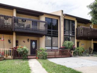 Bright & Airy 2BR Cape Canaveral Townhome w/Tastefully Upgraded Interior, Wifi & Beach Gear - Prime Location, Only 1 Block from the Beach!, Cabo Cañaveral