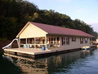 Norris Lake Floating Home Vacation Rental, La Follette