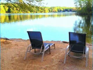 Beautiful Lake Front LakeHouse sandy beach w/boat, Northwood