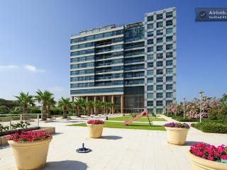 *Okeanos Bamarina Excutive 1 Bedroom Suite Apartment w/balcony facing sea *