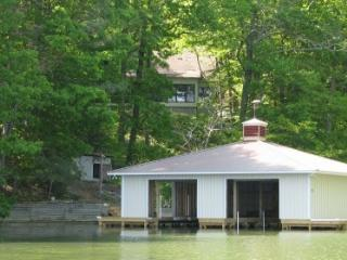 Beautifully Renovated Cabin with Boathouse, Guntersville