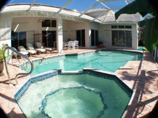 WATERFRONT LARGE 2storey 5 bedroom,pool-jacuzzi, Cape Coral