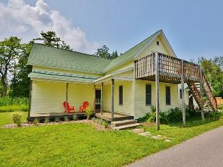 'Schooner House' Charming 4BR Traverse City Home w/Wifi, Huge Deck & Private