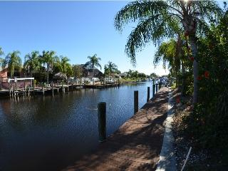 Luxury waterfront 4 bedr.  den 3 bth POOL-SPA home