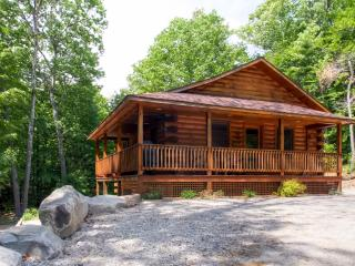 Comfortable 3BR White Mountain Log Cabin w/Wifi & Large Patio - Close to the Village of North Conway, Skiing, Echo Lake, Saco River, & Much More!