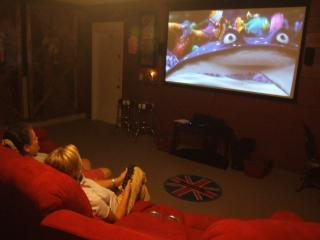 5 Bed Disney home w/ Private Theater & Pool!, Kissimmee