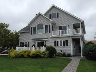 Pet Friendly Lakefront approx 300 yards to Beach!!