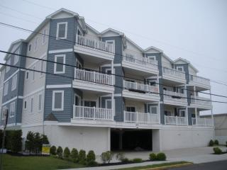 3 bedroom 2 bath Condo with Pool; 1 Block to Beach, Wildwood Crest