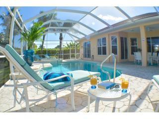 Villa Aruba - Modern Villa with Spa on 8 Lakes, Cape Coral