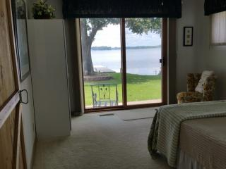 Lake Front Cottage with great views & fishing