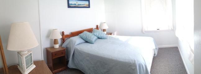 Master Bedroom-Queen Bed Ocean View