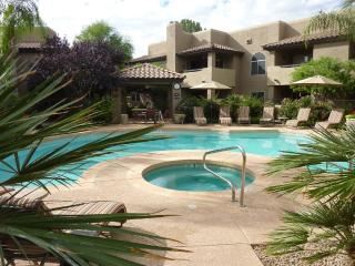 Bright 2 Bed, 2 Bath Corner Unit Overlooking Pool, Scottsdale