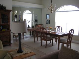 Dinning room, seats 6-8 people