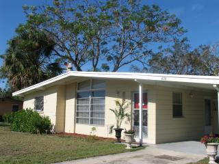 cozy, sunfilled home & access to PRIVATE BEACH in Venice, Florida w/ 2 Bedrooms