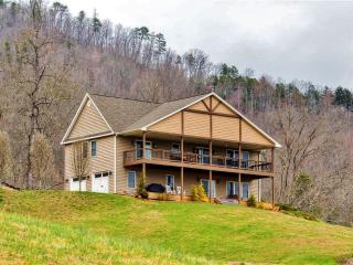 3BR Franklin House w/Multiple Decks & Mtn Views!