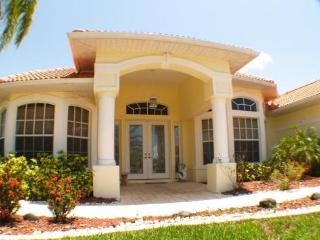 Casa Primavera - spacious 3 bed, 3 bath lake home, Cape Coral