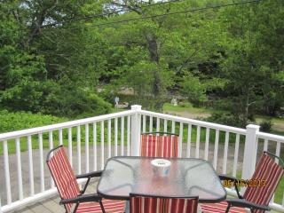 Cozy 2-bdrm w/ lg deck overlooking Round Pond cove