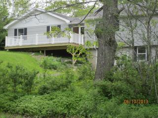 Cozy 2-bdrm w/ lg deck overlooking Round Pond cove