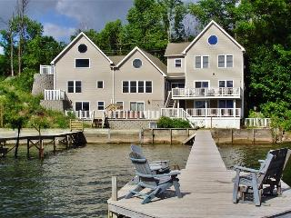 'Lakeside Harmony' Magnificent 4BR + Sleeping Loft Geneva House on Seneca Lake w/Private Hot Tub, Dock & Direct Lakefront Access - Ideal for Reunions & Multi-Family Getaways!, Genève
