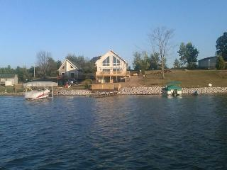 BOOK NOW FOR FALL!  BEAUTIFUL LAKEFRONT HOME; SLEEPS 12 PETS;