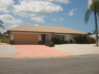 Charming 2 BR. 5 Minutes from the Beach, Englewood