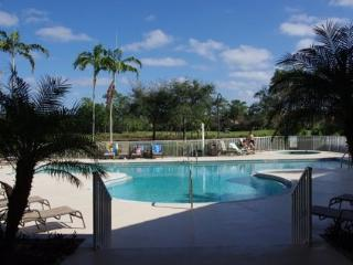 Excellent Gated Premier Naples Golf Course Condo, Nápoles