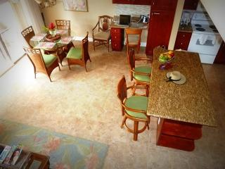 DELUXE REMODEL! Large 3-bdrm townhome, AC, WIFI, Kihei