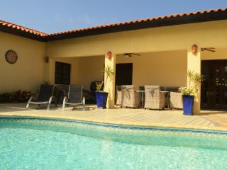 Villa Opal Noord, private pool, 500 yards to Beach, Oranjestad