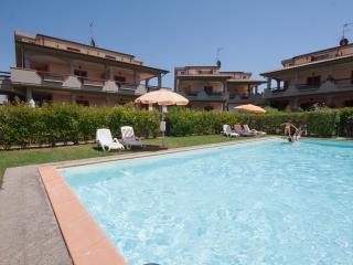 Taverna in complesso residenziale con piscina