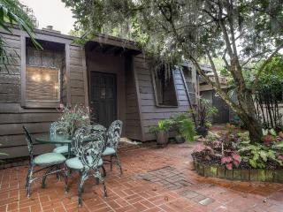Reduced April & May Rates! Charming 1BR Winter Park Guest Cottage w/Wifi Newly Renovated Interior & Peaceful Garden - Easy Access to Orlando Theme Parks, Beaches & More!