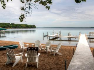 Reduced Early Summer Rates! Newly Remodeled 2BR / 3Bath Gull Haven Log-Sided Cabin w/Fireplace & 3 Season Sleeping Porch - Located on the Premier East Shore of Gull Lake!, Nisswa