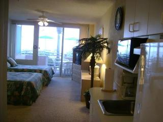 Ocean Front Studio, Pool Side Patio, Lg Pool, Jacuzzi, steps away from the Beach, Daytona Beach