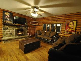 Beautiful Log Home w/Hot Tub, min's to Camelback!, Cresco