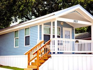 Lovely Two Bedroom Cottage at Blazing Star RV Resort