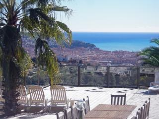 """Roof of Nice"" with heated pool, big garden, spa,."