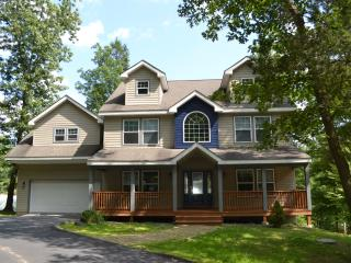Huge house across Shawnee ski area, pool, tennis., East Stroudsburg