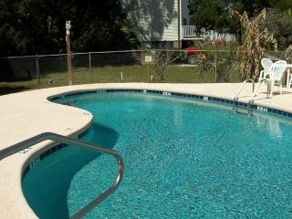 'Kee Kee's' Cottage! Pet Friendly! No booking fee! Pool! Up to 6! 2/2 & Sleeper